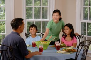 family-eating-at-the-table-619142_960_720 (1)